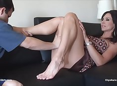 Bella Cuncture handjob play, sorend them feet, clamping the foot out months